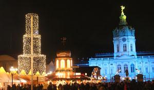 Weihnachtsmarkt vor dem Schloss Charlottenburg, blau erleuchtetes Schloss. Foto: Helga Karl 2014