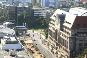 Blick von oben vom Europacenter auf das KaDeWe und Wittenbergplatz. Foto: Helga Karl