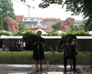 Sängerin mit ausdrucksvoller Stimme vor dem Stierbrunnen. Kiezfest am Arnswalder Platz. Foto: Helga Karl