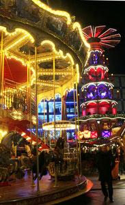 Weihnachtsmarkt auf dem Alexanderplatz mit Kinder-Karussell und Weihnachtspyramide. Foto: Helga Karl 2014