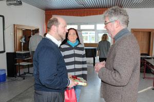 Jens Wege und Yvonne Welker gratulieren im Namen des Elternbeirates.