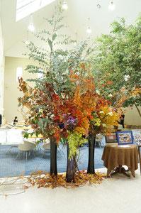 ⑨季節のお花をふんだんに使って豪華に 高さ約300~400センチ   参考価格¥50,000~