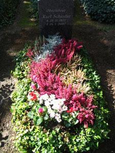 Einzelgrab mit Herbstbepflanzung