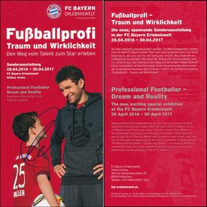 Bayern Erlebniswelt, 2016, 'Fußballprofi, Traum und Wirklichkeit', Flyer, sign. Müller am 22.11.2019 vor dem Abflug zum Düsseldorf-Spiel