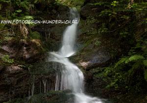Kärnten, kleiner Wasserfall im Wald (Fotodesign-Wunderlich)