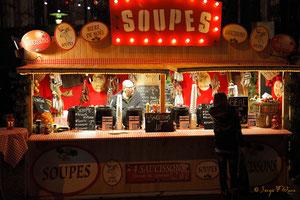 Soupe et vin chaud sur le parvis de la Cathédrale  - Noël 2011 - Rouen - Seine Maritime - Haute Normandie - France