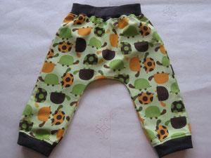 Voor: Katoenen broekje met schildpadjes.