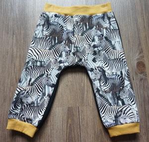 Voor: Zebra's, broekje van tricotstof (alleen nog in maat 80 leverbaar)