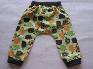 Achter: Katoenen broekje met schildpadjes.