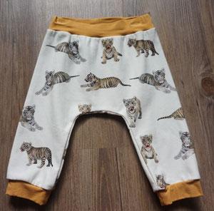 Voor: Tijgers, broekje van tricotstof (alleen nog in maat 74 leverbaar)