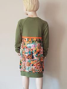 Achter: jurkje van tricot. Artikelcode 134/140-02.
