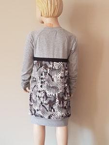 Achter: Zebra's, jurkje van tricot. Artikelcode 134/140-01.