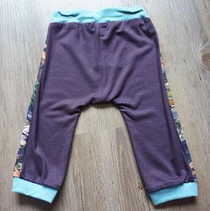 Achter: Dino's, broekje van tricotstof (alleen nog in maat 80 leverbaar)