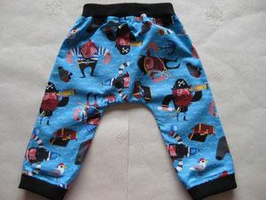 Achter: Katoenen broekje met piraten.