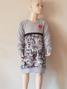 Voor: Zebra's, jurkje van tricot. Artikelcode 134/140-01. Prijs 34,95 excl verzendkosten