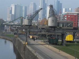 Blick von Deutschherrenbrücke auf Realwirtschaft Oosten (im Bereich einer ehemaligen Werft), im  Hintergrund Skyline