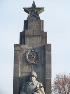 Sowjetisches Denkmal mit Grabplatten russischer Gefallener (im Park Der Anger)
