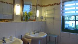 Bad mit 2 Waschbecken und großer Dusche