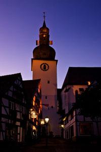 Glockenturm zur blauen Stunde
