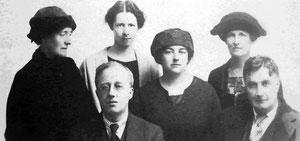 Vaughan Williams con Gustav Holst y sus asistentes en la Escuela de St Paul.              Adeline Vaughan Williams a la izquierda, entonces Nora Day, Vally Lasker y Dorothy Langman.