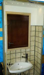 die Waschgelegenheit für Jedermann ggü. den Toiletten