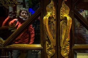 Irlande, Dublin, Temple Bar, reflet et porte
