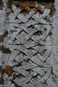 Entrelacs celtique sur une stèle funéraire en Irlande