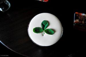 Trèfle irlandais et mousse de Guinness