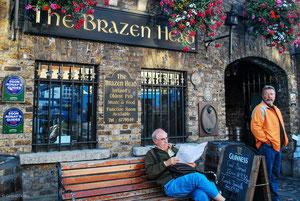 Pose lettre devant le plus vieux pub de Dublin, le Brazen Head
