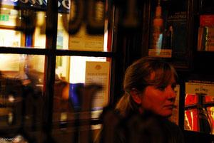 Céline pensive dans un pub irlandais