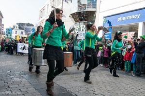 Irlande, Comté du Connemara, Galway, parade de la St-Patrick, percussionistes