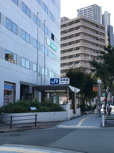 ②  By JR Tōzai Line, Shin-Fukushima Station exit 3, take National Highway No.  2 (Sonezaki-dori) west (toward Noda) until Fukushima Nishidori (Amidaike-suji) ⇒ Continue to ③