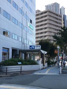 ②JR東西線新福島駅から2号線(曽根崎通)を西(野田方面)へ進み福島西通(あみだ池筋)へ⇒③へ続く
