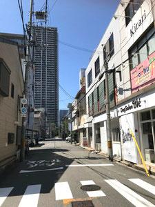 ②  左手(南側)のJCHO大阪病院を横目にタワーマンション方面へ向かって直進