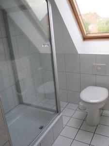 Schönes Bad mit Dusche und WC