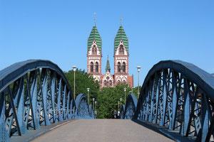 Blaue Brücke mit Herz-Jesu-Kirche