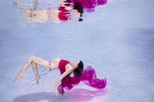 Babybelly Unterwasser Foto