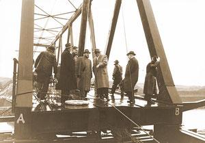 Hoher Besuch auf der Baustelle einer Brücke - Januar 1955