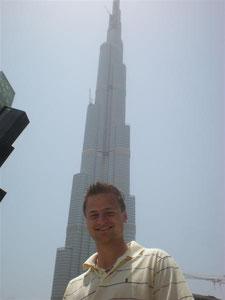 Vor dem Burj-Dubai-Tower