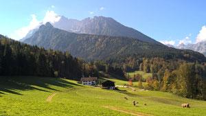 Der Bauernhof mit Hintergrund Hochkalter und Steinberg