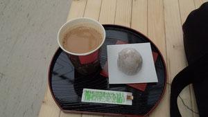イチゴ大福とカフェオレ