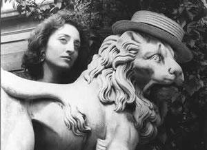 Con el león del Archivo de Indias. Sevilla, 1988 (fotografía de Joaquín Rodero)