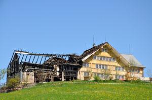 Wiederaufbu Scheune Stein: Hauptgebäude und Scheune nach Brand