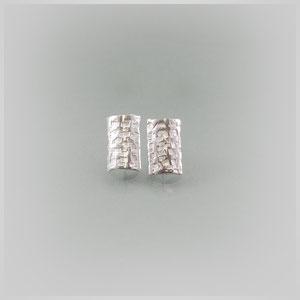 Ohrstecker aus rechteckigen, gehämmerten Silberplatten.