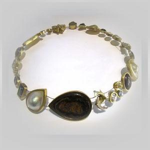 Collier in Gold. Essenzen aus vielen Lebenssituationen. Mit Opalen, Perlen, Diamanten, Edelsteinen und Kristallen.
