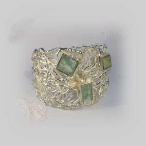 Armreif in Silber mit korallenähnlicher Struktur und viereckig gefassten Aquamarinen.