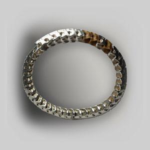 Armreif in Silber mit einigen Schlangenwirbelknochen, klar herausgearbeitete Formen.