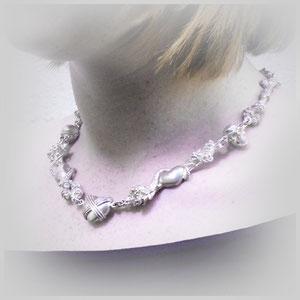 Emotionale Halskette in Silber mit Rosen, Herzen, Schlangen und Skulls.
