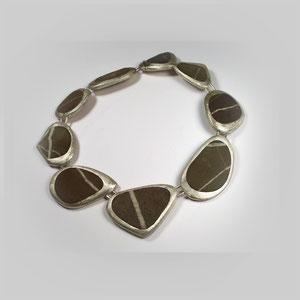 Collier mit ausgesuchten Steinen, die jeweils eine X- oder linienartige Struktur aufweisen. In Silber 925 gefasst.