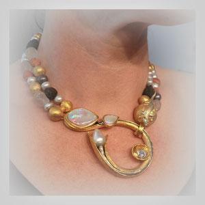 Collier in Feingold, mit Perlen, Opalen, Diamanten. Sehr schöne künstlerische Umsetzung.